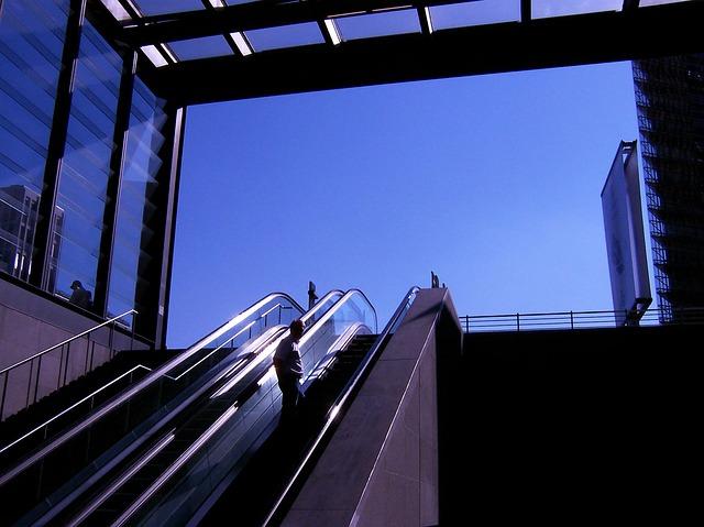 skleněné zábradlí v metru