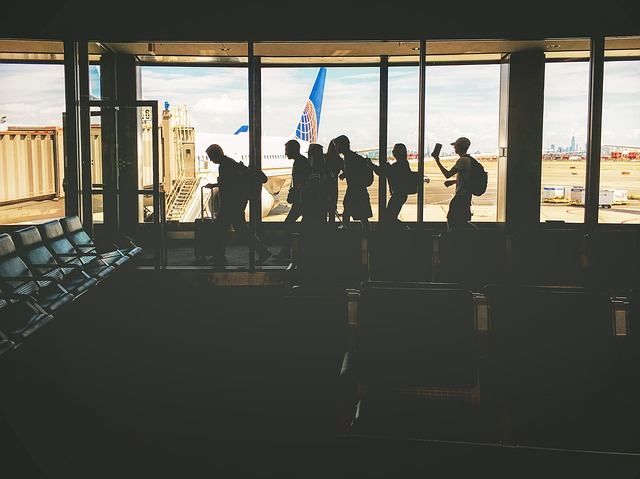 cestující v hale