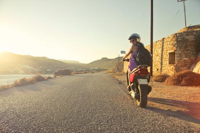 Usmievajúca sa žena na motorke