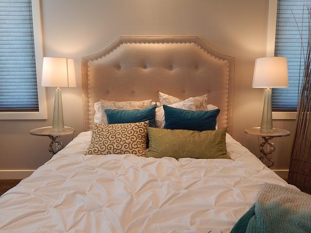 kvalitná posteľ s vankúšmi