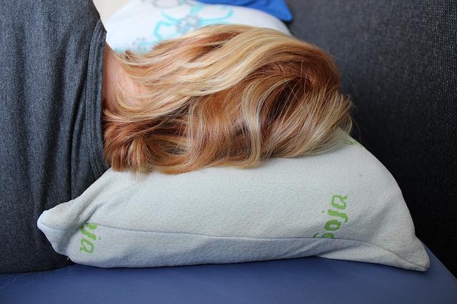 spiaca blond žena