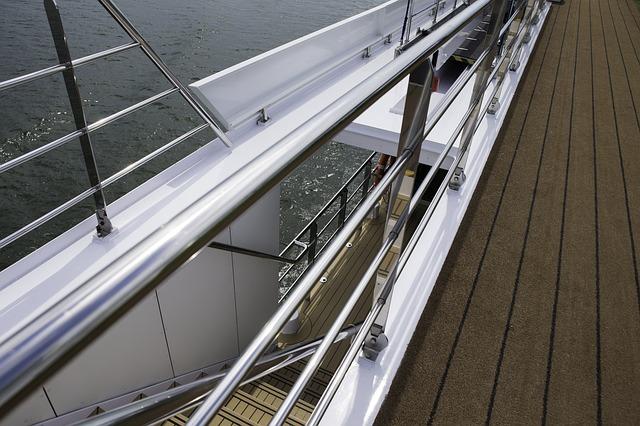 Strieborné nerezové zábradlie na veľkej lodi.jpg