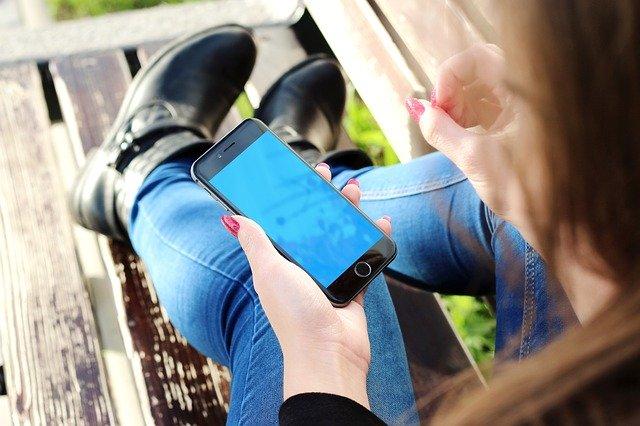 mladý človek s mobilom.jpg
