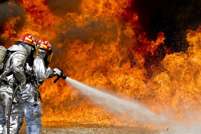 Požiarnici hasia oheň