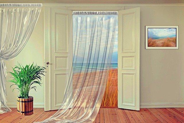Otvorené vstupné dvere, záclona